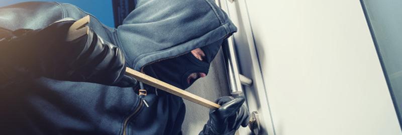 Un cambrioleur s'attaque à la porte au pied de biche
